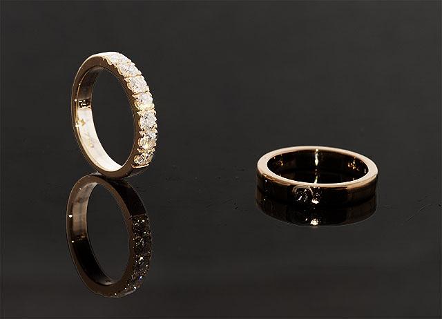 Vigselring i röd och vit guld med 7 briljanter. Brudens förlovningsring  till höger 4e92f81305fe3